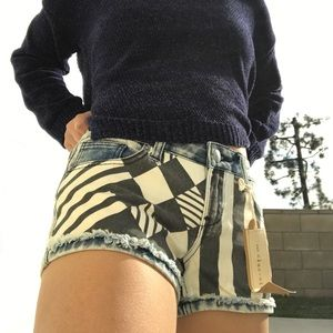 clas-sic DENIM ACIDWASH SHORTS W/ STRIPES& DIAMOND